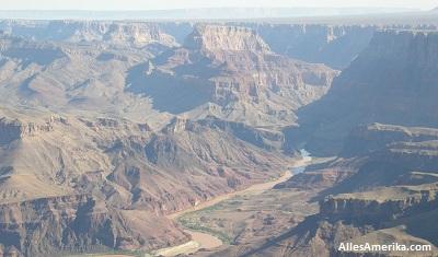 De Coloradorivier in de uitgesleten canyons