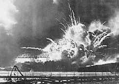 De USS Shaw vliegt in de lucht tijdens de aanval op Pearl Harbor