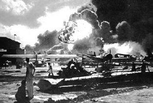 Het vliegveld van pearl Harbor brandt