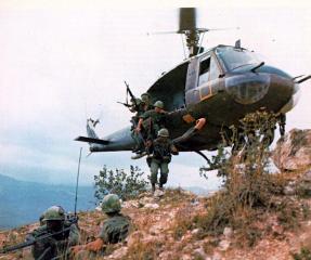 Een Huey helikopter dropt troepen tijdens de Vietnamoorlog