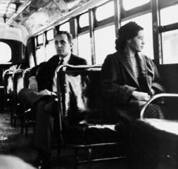 Rosa Parks in een bus in 1956