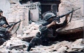 Soldaten vechten tussen de ruines van de Vietnamoorlog